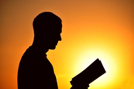 kitap okuyan adam ile ilgili görsel sonucu